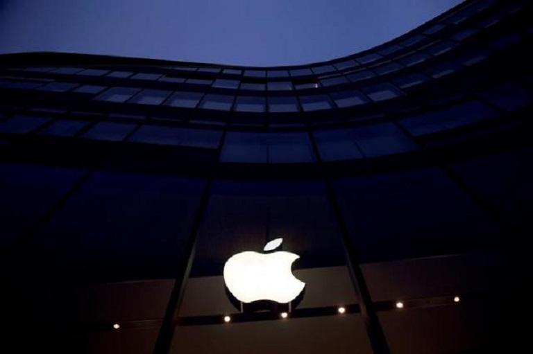 Logo de Apple en edificio de California.