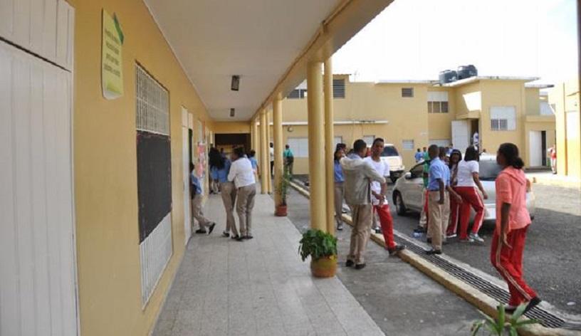 Reanudan docencia en liceo Eugenio María de Hostos en Sabana Perdida.(Foto externa)