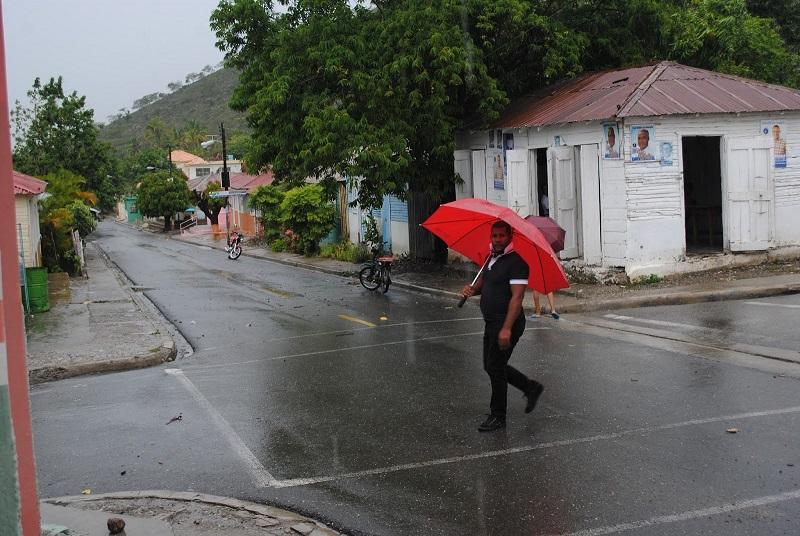 Hombre camina tras lluvia, mientras el cielo se mantiene nublado.