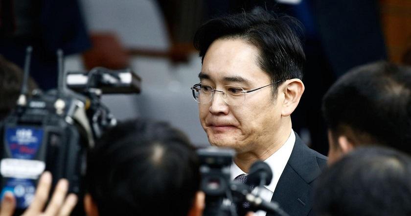 El heredero de Samsung evita arresto por polémica fusión.