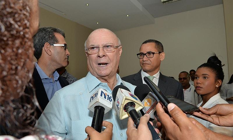 El expresidente Hipólito Mejía junto dirigentes PRM.