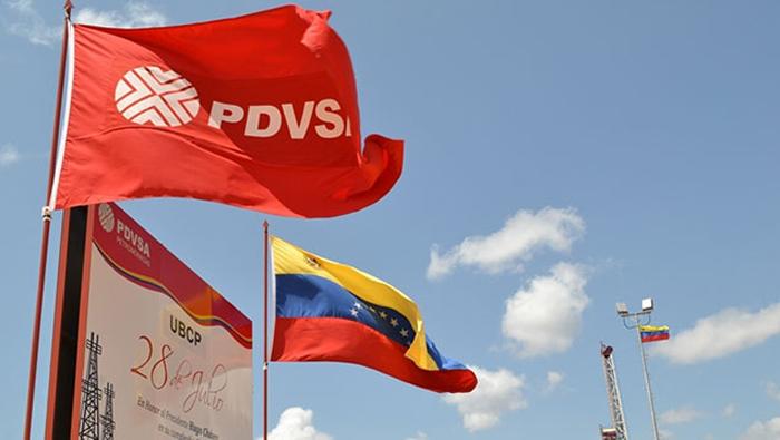 Bandera de Venezuela y PDVSA hondean.