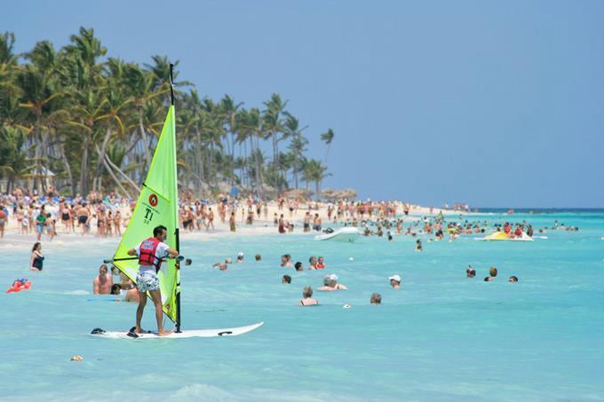 Turistas disfrutan de paya dominicana.