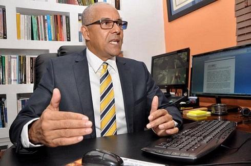 El presidente de ADOCCO, Julio Cesar De la Rosa Tiburcio, ofrece declaraciones. (Foto externa)