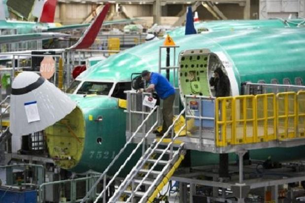 Empleados trabajan en un Boeing 737 MAX.