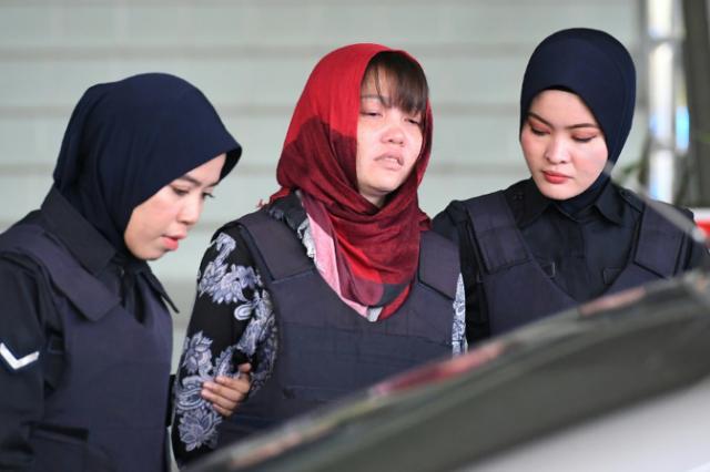 La vietnamita Doan Thi Huong (C) es retirada de una corte de Malasia.