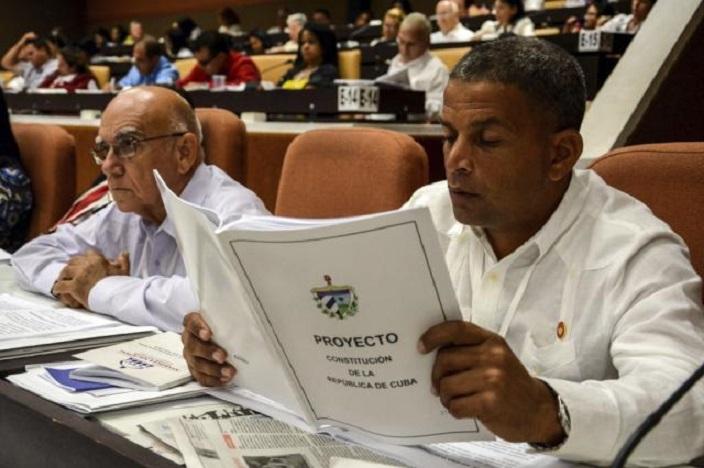 Miembro de la Asamblea Nacional cubana lee Constitución