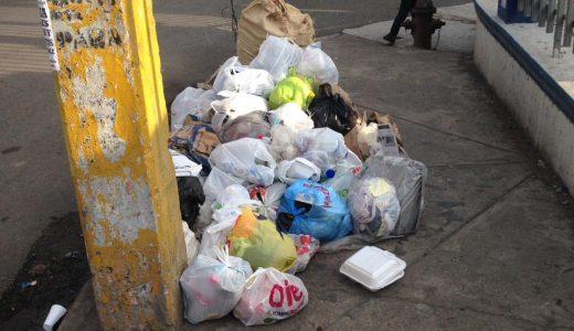 Basura acumulada en aceras del municipio SDN.