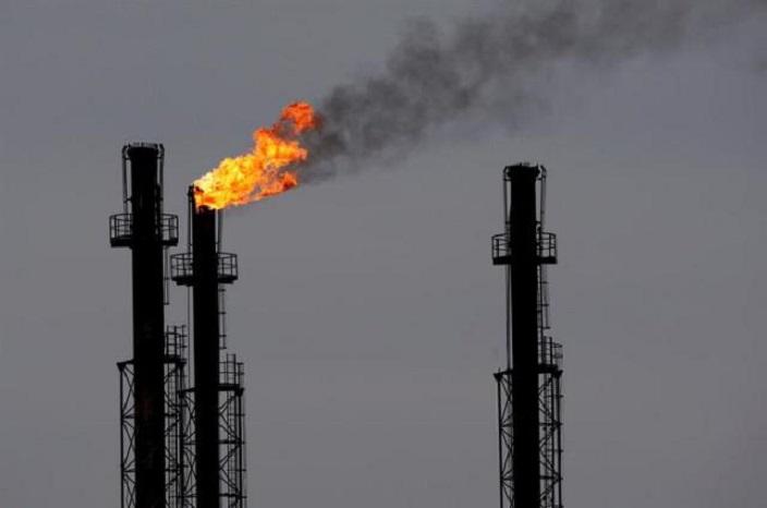 Chimeneas en una refinería de gas y petróleo (Archivo-EFE).