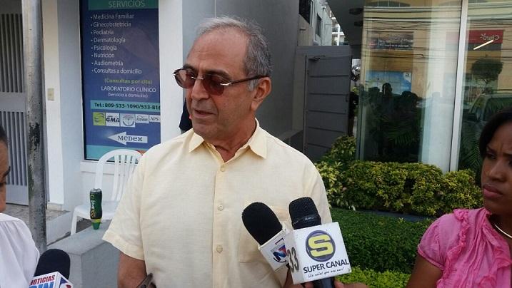 Guillermo Caram, ofrece declaraciones la prensa.