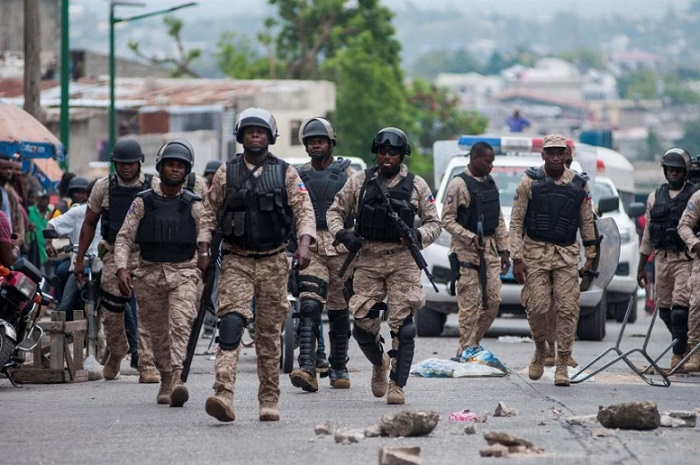Policías haitianos durante operativo.