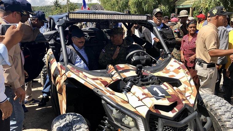 Presidente Medina recorre frontera en buggy militar.