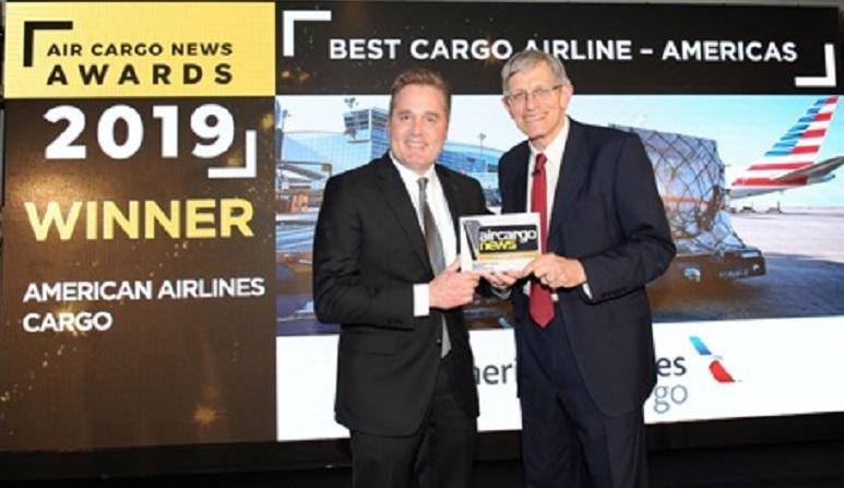 Rick Elieson, presidente de American Airlines, recibe galardón.
