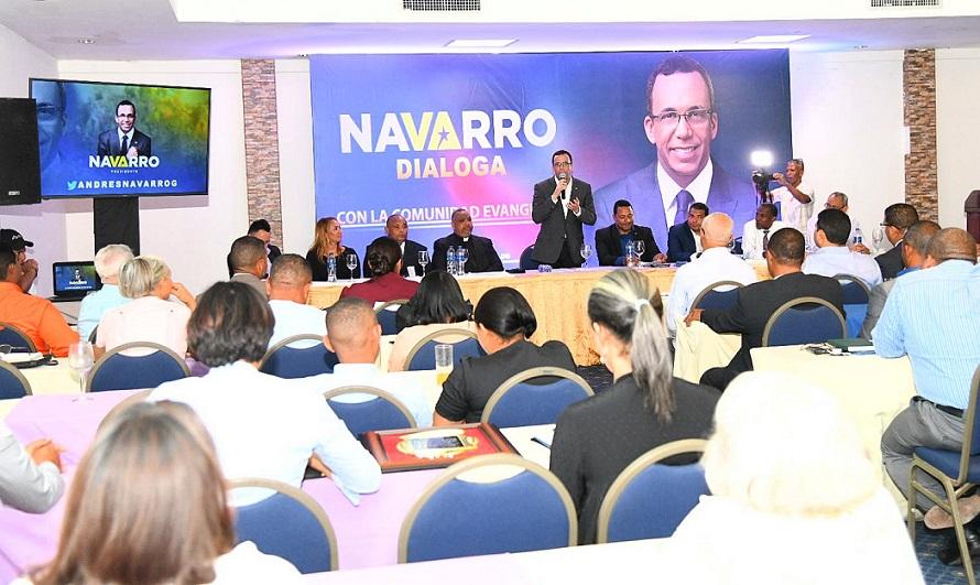 Andrés Navarro se reúne con líderes comunidad evangélica.