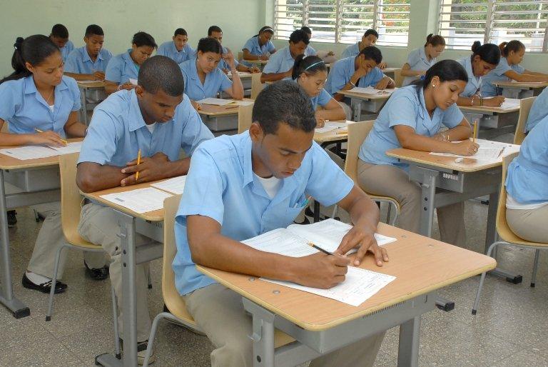 Estudiantes de colegios superan a los de escuelas en prueba del Minerd.