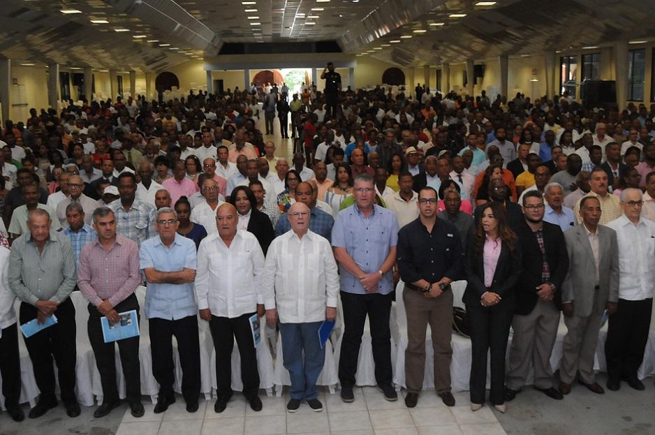 Hipólito Mejía se reúne con agricultores del país.