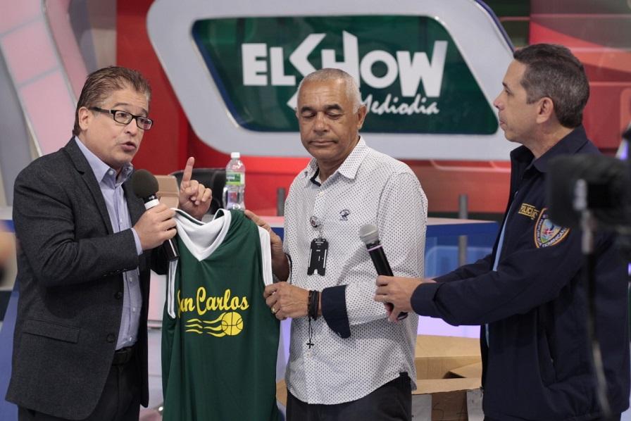 El presentador Iván Ruiz recibe camiseta del Club San Carlos.