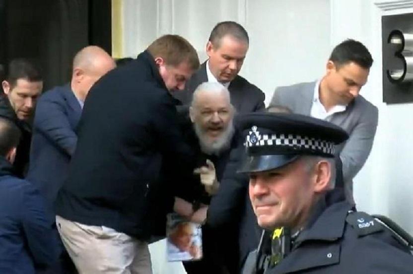 Julian Assange, fundador de Wikileaks, en momento de su apresamiento.