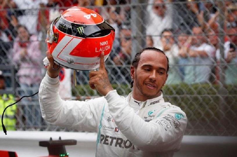 Lewis Hamilton, de la escudería Mercedes, muestra el nombre del legendario Niki Lauda en casco (EFE).