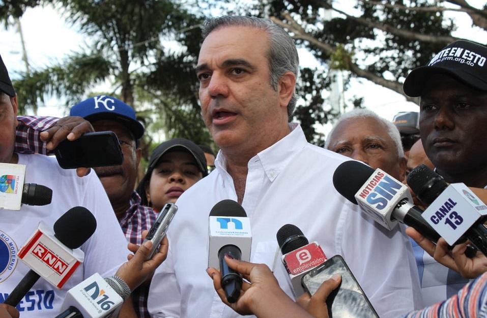 Luis Abinader, aspirante en el PRM, ofrece declaraciones a la prensa.