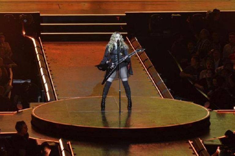 Madonna actúa en un concierto.