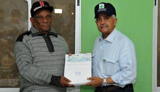 Ministro Osmar Benítez entrega cheque.