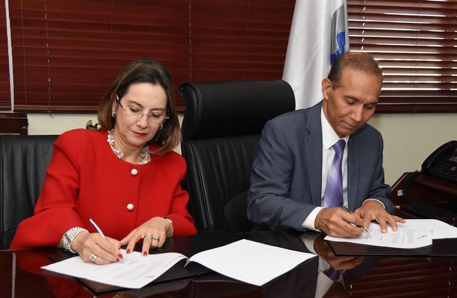 Winston Santos ministro de Trabajo y Gina Riaño secretaria general OISS.