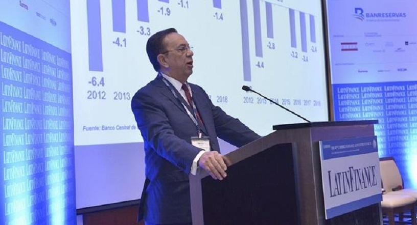 Héctor Valdez Albizu durante ponencia en el 4to Foro de Finanzas e Inversión del Caribe.