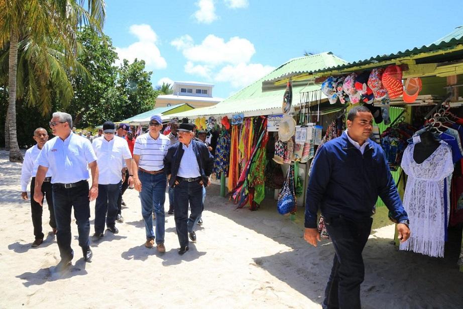 Danilo Medina visita sorpresa a isla Saona.