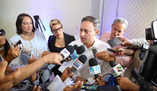 Jean Alain Rodríguez, procurador de la República, ofrece declaraciones a la prensa.