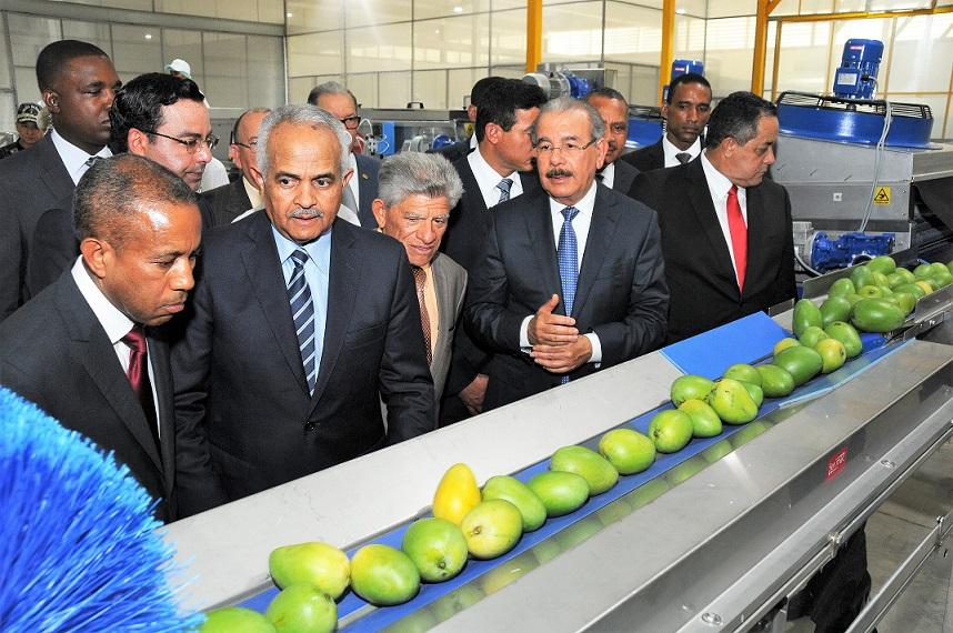 Presidente Danilo Medina recorre planta procesadora de mango en Baní.