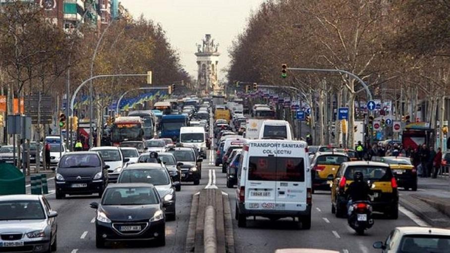 Prohíben circular un tercio de los vehículos por la contaminación en París.