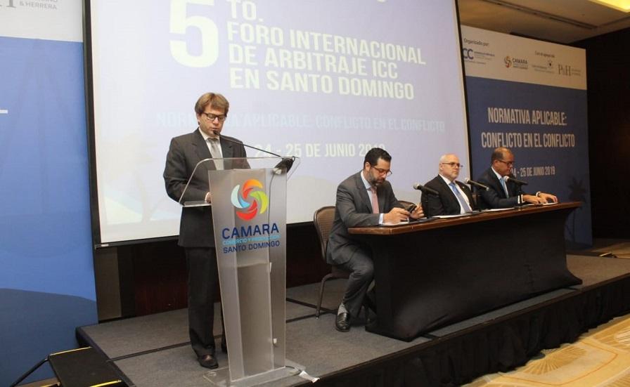 Ricardo Koenig presidente CRC diserta en foro Cámara de Comercio.