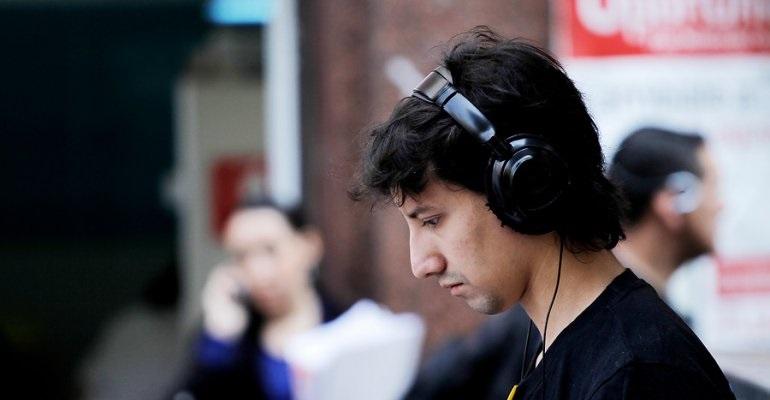 Uso excesivo de auriculares causa problemas auditivos.
