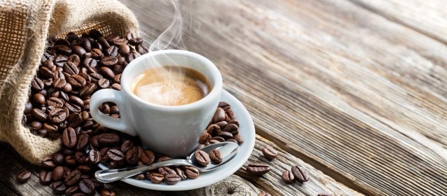 Taza de café servido y en grano.
