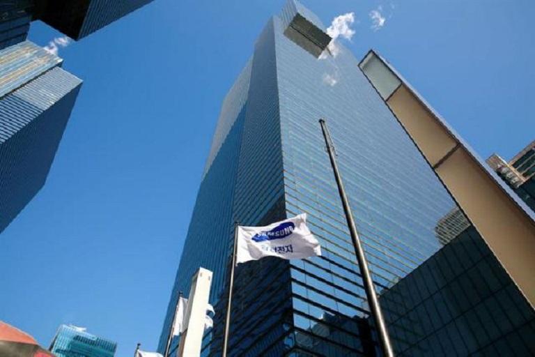 Una bandera de Samsung Electronics ondea a las puertas de una de las sedes de la compañía, (Fuente EFE / Jeon Heon-Kyun).