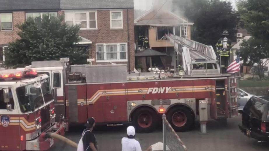 Bomberos de East Elmhurst, en Queens, controlan incendio donde murieron tres personas de origen dominicana.