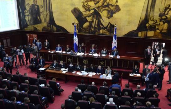 Senadores sesionan sin que se introduzca proyecto de reforma constitucional.