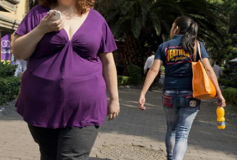 Mujer con sobrepeso camina por una calle de Ciudad de México.