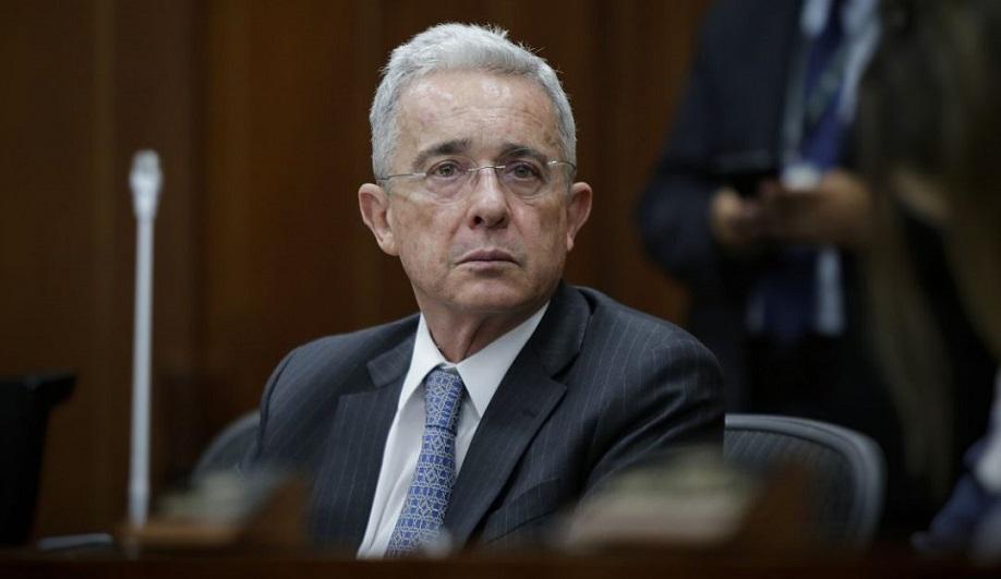 Álvaro Uribe investigado por fraude y soborno.