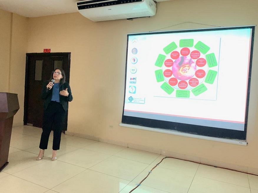 Cirujana Melissa Guzmán dicta conferencia en Panamá.