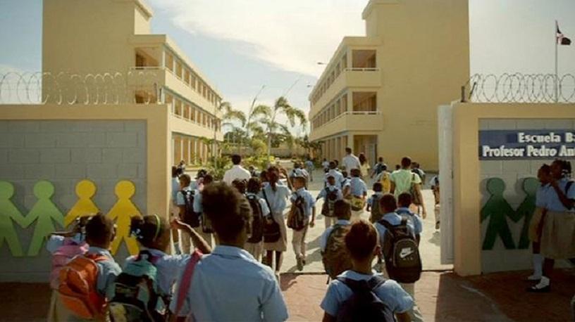 Llegada de estudiantes a una escuela de República Dominicana.