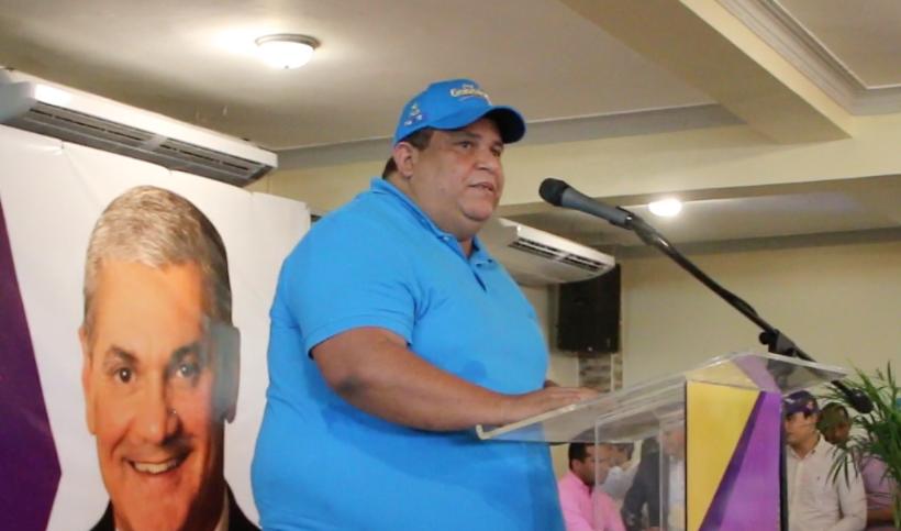Manuel Hidalgo, presidente de FEDOMU, anuncia apoyo a Gonzalo Castillo.