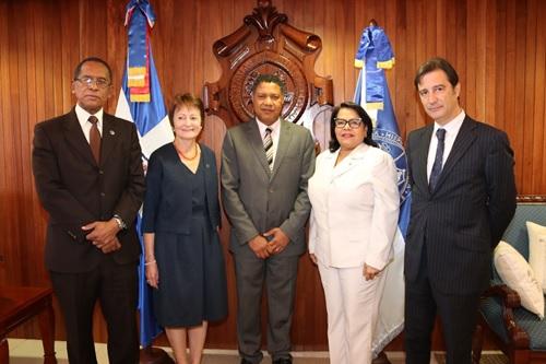 Rectoras Universidad de Valencia y UASD firman acuerdo.