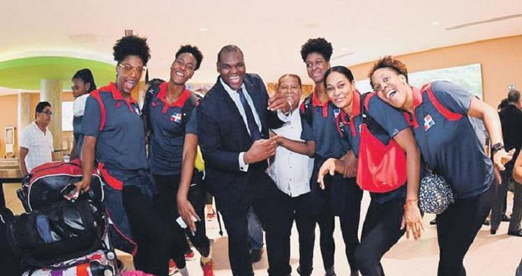 Viceministro de Deportes Sutorio Ramírez recibe en Punta Cana al equipo de voleibol que ganó la medalla de oro en Panamericanos.