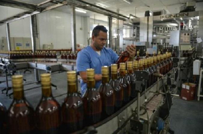 Trabajador en la planta de producción del ron Havana Club, en San José de las Lajas, provincia de Mayabeque.