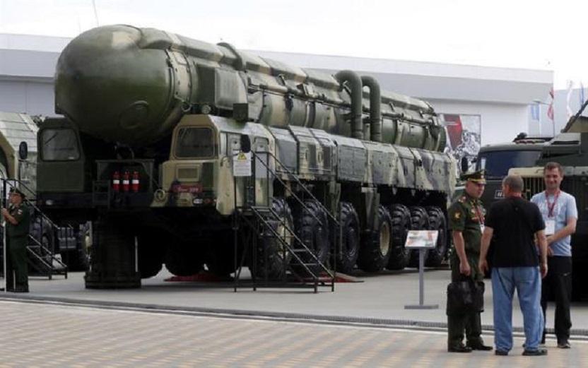 Vehículo de lanzamiento del misil estratégico ruso Topol expuesto en el Foro Técnico Internacional Militar 2019. (Foto EFE/Maxim Shipenkov)