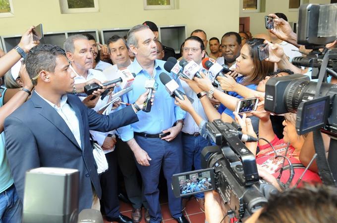 Luis Abinader habla con la presa tras votar en simulacro de la JCE