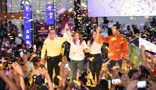 El aspirante presidencial Andrés Navarro junto a su esposa e hijos durante el acto.