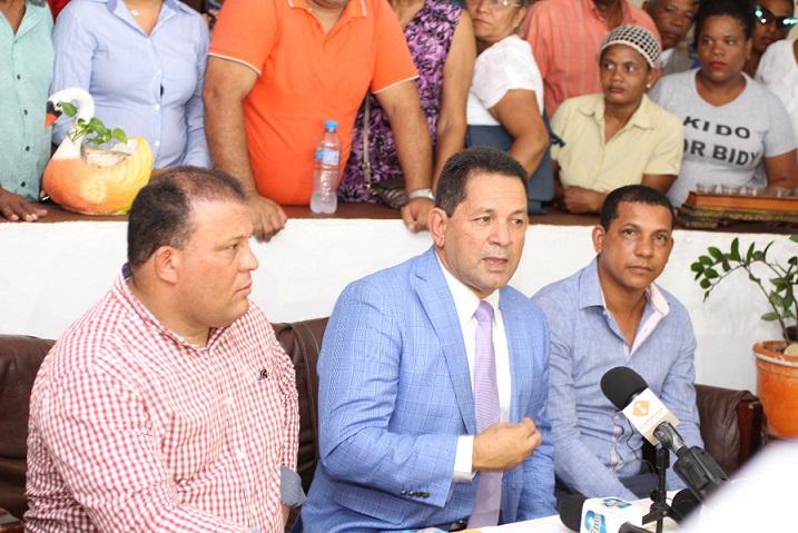 Tito Bejarán ofrece declaraciones a la prensa.